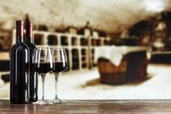 Vin rouge en verres dans la perspective de la salle de dégustation images stock