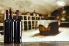 Vin rouge en verres dans la perspective de la salle de dégustation photos libres de droits