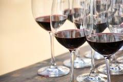 Vin rouge en verres de vin photo libre de droits