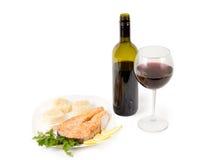 Vin rouge et bifteck saumoné Photo libre de droits