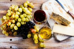 Vin rouge et blanc et assortiment de fromage Photographie stock libre de droits