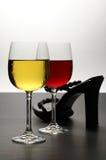 Vin rouge et blanc avec la chaussure Images stock