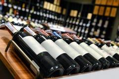 Vin rouge et blanc dans des bouteilles Photographie stock