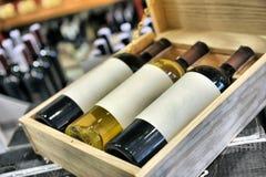 Vin rouge et blanc dans des bouteilles Images libres de droits