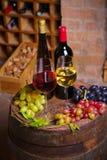 Vin rouge et blanc dans la cave image libre de droits
