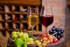 Vin rouge et blanc dans la cave photo stock