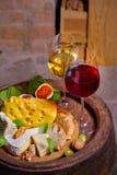 Vin rouge et blanc dans la cave photo libre de droits
