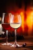 Vin rouge et blanc devant un feu de flambage images stock