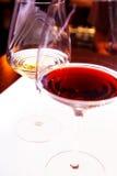 Vin rouge et blanc en glaces de cheminée Photos stock