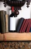 Vin rouge et livres Photos stock