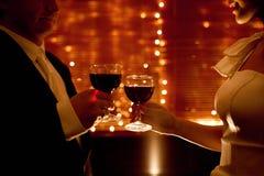 Vin rouge et mains des amoureux Photographie stock libre de droits