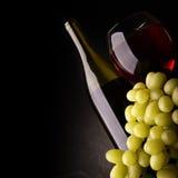 Vin rouge et raisins Image stock