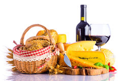 Vin rouge, fromage suisse et pain image stock