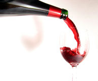 Vin rouge pleuvant à torrents Image stock