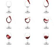vin rouge pleuvant à torrents d'étapes en verre neuf Images stock