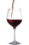 Vin rouge pleuvant à torrents dans la glace photographie stock libre de droits