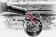 Vin rouge pleuvant à torrents Wine dans un verre, foyer sélectif, la tache floue de mouvement, vin rouge dans un verre Sommelier  Photos stock