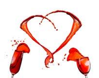 Vin rouge renversant et formant la forme de coeur Photos stock