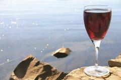 Vin rouge sur des roches image stock