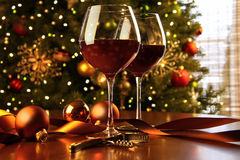 Vin rouge sur l'arbre de Noël de table Image libre de droits