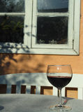 Vin rouge sur la table Photo stock