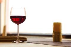 Vin rouge sur la table Photos stock