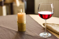 Vin rouge sur la table Image stock