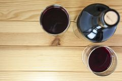Vin rouge sur le fond de table en bois de pin photographie stock