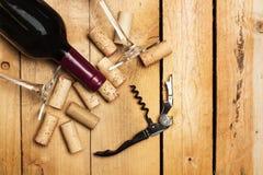 Vin rouge, tire-bouchon et glaces Photographie stock libre de droits