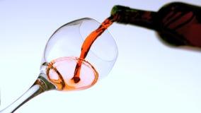 Vin rouge versant dans la vue en verre d'angle faible banque de vidéos