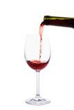 Vin rouge versant dans le verre de vin Images stock