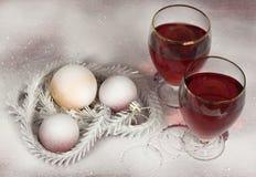 Vin, snö och julgranbollar Royaltyfri Bild
