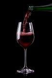 Vin som hälls in i ett exponeringsglas Royaltyfri Fotografi