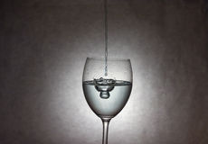Vin versant au verre Photo stock