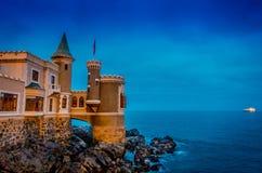 VINA DEL MAR, O CHILE - SETEMBRO, 15, 2018: Vista exterior do castelo histórico feericamente que negligencia o mar em Vina del Ma imagens de stock royalty free