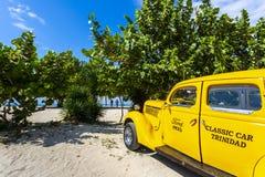 Vinage在海滩旁边的汽车出租汽车在特立尼达 免版税库存图片