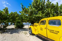 Vinage biltaxi bredvid stranden i Trinidad royaltyfri bild