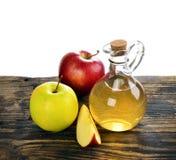 Vinagre de sidra de Apple en la botella de cristal imagen de archivo libre de regalías