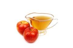 Vinagre de sidra de maçã no fundo branco fotografia de stock