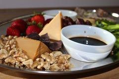 Vinagre Olive Oil Nuts Strawberries da bandeja do queijo Imagem de Stock Royalty Free