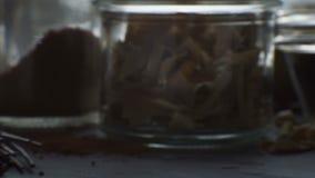 Vinagre vermelho do arroz, macarronetes de arroz na tabela Culinária asiática vídeo filme
