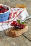 Vinagrete da salada e uma parcela em uma forquilha em um fundo de madeira Foto de Stock