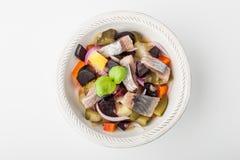 Vinagrete da salada em uma placa circular em um fundo branco fotografia de stock royalty free