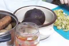 Vinagrete vegetal da salada Receitas do russo Cozinhando fases Na tabela nos pratos são os vegetais cozinhados: batatas, cenouras Imagem de Stock Royalty Free