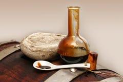 Vinaigre balsamique de Modène, Italie, bouteille en verre contenant Modène de sucrage spécial Images stock