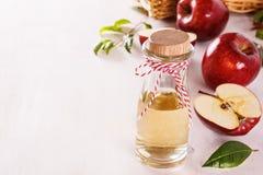 Vinaigre de cidre d'Apple au-dessus du fond en bois blanc Photographie stock libre de droits