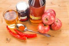 Vinaigre de cidre d'Apple avec du miel et le poivre de Cayenne, naturel remed image stock