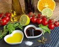 Vinaigrette dans des cuvettes en forme de coeur montrées avec le produ frais Image libre de droits