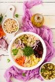 Vinaigrette de salade de betterave dans une cuvette blanche photos libres de droits