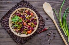 Vinaigrette de salade des betteraves sur un fond en bois Vue supérieure images stock
